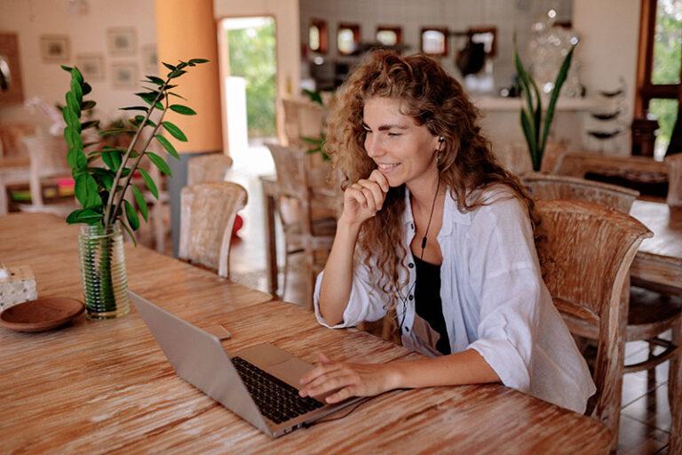 Femme en entretien après une candidature spontanée VDL Jobs
