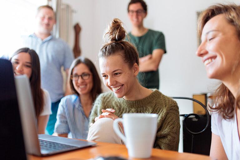 Groupe d'étudiant regardant les offres d'emploi VDL Jobs
